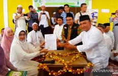 Melafalkan Dua Kalimat Syahadat dengan Bimbingan Kombes Edi, Putu Kini Resmi Masuk Islam - JPNN.com