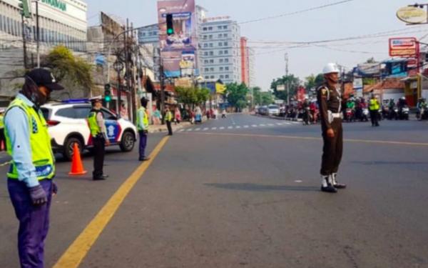 Peringatan Hari Pahlawan, Petugas dan Pengendara Mengheningkan Cipta di Jalan - JPNN.com