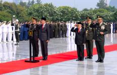 Hari Pahlawan, Presiden Jokowi Tabur Bunga di Makam Bu Ani dan Pak Habibie - JPNN.com