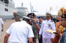 Lantamal III Jakarta Dapat Kejutan dari Kapal Perang Angkatan Laut India Saat Momen Peringatan Hari Pahlawan - JPNN.com