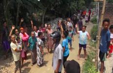 Emak-Emak Turun ke Jalan Ikut Demo Warga, Hancurkan Paving Desa - JPNN.com