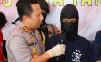 Dua Pria Berjaket Driver Ojek Online Tiba-Tiba Keluarkan Senjata Api di Minimarket