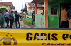 Usai Geledah Rumah di Marelan, Polisi Bawa Mertua Pelaku Bom Medan - JPNN.com