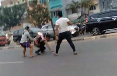 Viral Video Oknum TNI-Polisi Baku Hantam di Tengah Jalan, Dua Lawan Satu - JPNN.com