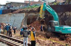 2 Orang Tewas Tertimbun Longsor Proyek Double Track Rel KA Bogor-Sukabumi - JPNN.com