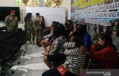 Belasan Wanita dan Waria Tunasusila Terjaring Operasi Yustisi - JPNN.com