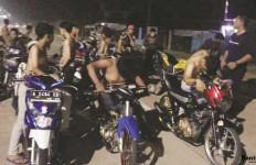Rasain, Pembalap Liar Dihukum Dorong Motor Dua Kilometer - JPNN.com