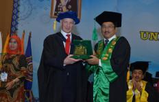 Milad ke-64 UMJ: Prof Mike Hardy Orasi Ilmiah di Acara Wisuda - JPNN.com