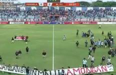 Ricuh, Laga Perseru BLFC vs Persela Terpaksa Dihentikan, Suporter Masuk Lapangan - JPNN.com