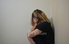 Tak Sadar, Seorang Wanita di Padang Bangun Pagi dengan 2 Pria di Sampingnya - JPNN.com