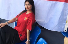 Miyabi Cium dan Kibarkan Bendera Indonesia Saat Dukung Timnas di SEA Games - JPNN.com