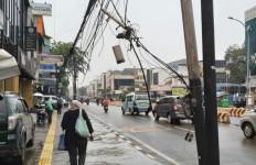 Berbahaya! Banyak Tiang Listrik Bengkok di Jakarta, Kabelnya Menjuntai ke Mana-Mana - JPNN.com