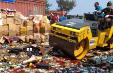 Bea Cukai Banten Musnahkan Ribuan Miras, Rokok dan Liquid Vape - JPNN.com