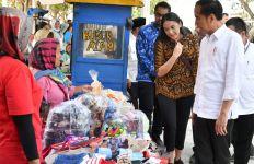 Nasabah Mekaar Tertawa Mendengar Jokowi Bilang Ada Baju Bagus - JPNN.com