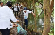 Lihat Nih, Menteri Siti Ajak 26 Dubes Bersihkan Sampah di TWA Mangrove Angke - JPNN.com