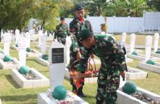 Satgas Yonif RK 136/TS Mengenang Jasa Para Pahlawan Hingga Gelar Klinik Mobile - JPNN.com
