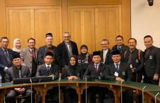 Lima Lulusan English for Ulama Tiba di Inggris untuk Berdakwah - JPNN.com