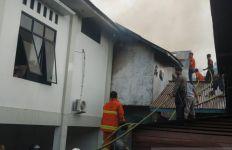 Gereja GKE Putussibau Terbakar saat Perayaan Natal - JPNN.com