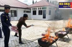 Sinergi Bersama Kejaksaan, Bea Cukai Aceh Musnahkan Ribuan Barang Ilegal - JPNN.com