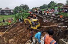200 Petugas Dikerahkan Perbaiki Jalur KA Bogor-Sukabumi yang Longsor - JPNN.com