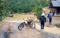 Akses Jalan Terputus, Jaringan Listrik Mati Akibat Banjir Bandang dan Longsor - JPNN.com