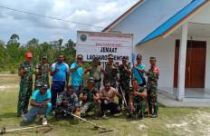 TNI - Polri Bersinergi Siapkan Sarana Ibadah Jelang Natal Bersama Masyarakat di Senggo - JPNN.com