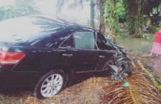 Mobil Ibu Bupati Mengalami Kecelakaan, Senggol Truk - JPNN.com