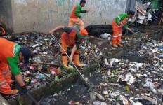 Banjir Kanal Barat Dipenuhi Sampah Batang Pohon - JPNN.com