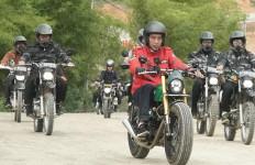 Presiden Jokowi Jajal Jalan Perbatasan dengan Motor Custom - JPNN.com
