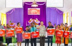Pelindo III dan Waskita Karya Bagikan 1.000 Injil di Kupang - JPNN.com
