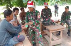 Personel TNI Pakai Topi Santa Claus Saat Memberikan Layanan Kesehatan Keliling - JPNN.com