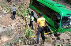 Bus Wisata Rombongan Kemenag Terjun ke Jurang - JPNN.com