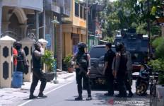 Terduga Teroris Mempawah Ditangkap, Densus 88 Temukan Bahan Peledak hingga Topi Lambang ISIS - JPNN.com
