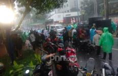 Massa Aksi Bela Muslim Uighur Gelar Salat Berjemaah di Tengah Hujan Deras - JPNN.com