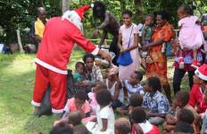 Berpakaian Seperti Santa Claus, Tim Kesehatan TNI Gelar Pengobatan Keliling Gratis - JPNN.com