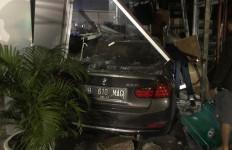 Giliran Mobil BMW Menabrak Apotek Senopati, Lihat tuh Fotonya - JPNN.com