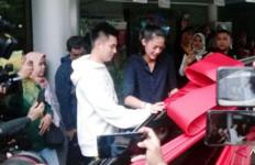 Istri Melahirkan, Baim Wong Beri Hadiah Mobil Mewah - JPNN.com