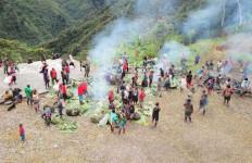 Personel TNI dan Masyarakat Opitawak Papua Gelar Bakar Batu Bersama - JPNN.com
