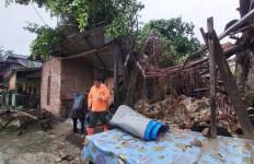 Pohon Beringin Tumbang Menimpa Rumah Warga, Kondisinya Rusak Begini - JPNN.com