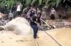 Viral Bupati Labura Terjatuh ke Sungai saat Meninjau Banjir Bandang - JPNN.com