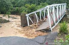 Satu Jembatan Putus dan Tujuh Rumah Warga Hanyut Diterjang Banjir - JPNN.com