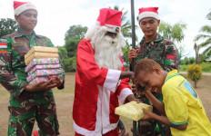 Prajurit TNI Berkostum Santa Claus Membagikan Bingkisan Natal untuk Anak-anak di Papua - JPNN.com