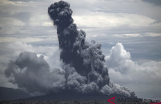 Gunung Anak Krakatau Meletus, Abunya Condong ke Selatan, Jangan Mendekat - JPNN.com