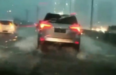 Imbas Banjir, Tol Layang Jakarta Cikampek Sempat Macet - JPNN.com
