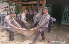 Ratusan Personel Polres Labuhanbatu Dikerahkan Bantu Korban Banjir Bandang - JPNN.com