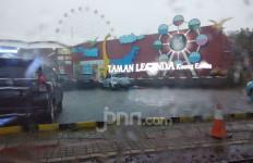Diguyur Hujan, Pengunjung TMII Kocar-kacir - JPNN.com