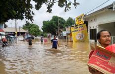Kemensos Salurkan Bantuan Bagi Warga Terdampak Banjir Jakarta dan Bandung Barat - JPNN.com