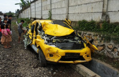 Honda Brio Dihantam Kereta Api, Penumpang Sempat Melompat Keluar Mobil - JPNN.com