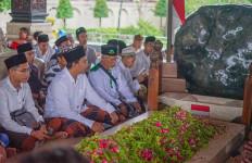 Libur Tahun Baru, Gus Muhdlor Bawa Santri Sidoarjo Ziarah Makam Bung Karno dan Mbah Hasyim - JPNN.com