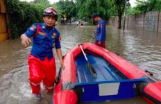 Warga di 26 Lokasi Banjir Jakarta Ini Minta Damkar Melakukan Evakuasi - JPNN.com